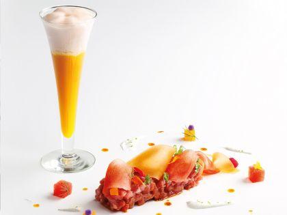 Tartar de Carne, crema de Lima y Pimienta y Cóctel de Frutas con crema de Fresa Espuma